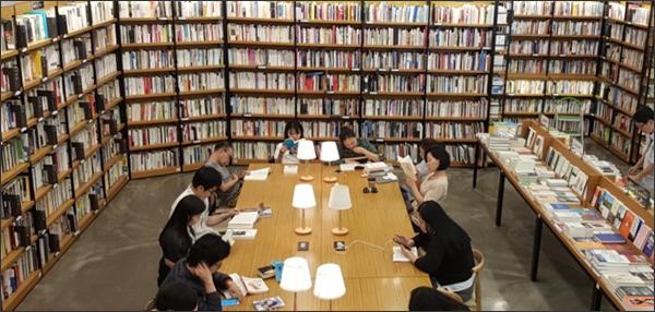책을 중심으로 모여 앉은 사람들(예스24 강남 중고매장)