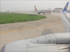 이륙을 대기 중인 비행기
