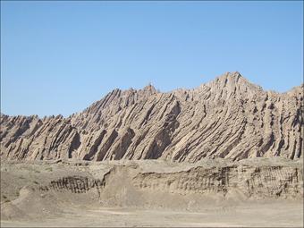 바쿠국도 주변의 기암(시멘트를 채칼로 긁어놓은 듯한 산세)
