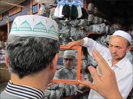 바자르에서 이슬람 전통 모자를 써보는 일행