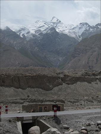 국경초소 부근의 설산
