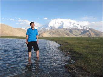 카라쿠리에 발을 담구고(뒤로 보이는 설산은 무스타커봉(7,546m)