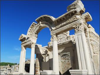 하드리아누스 신전(코린트 양식의 기둥과 정교한 중앙 아치)