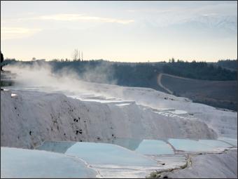 파묵칼레의 석회층과 이를 뒤덮은 수증기