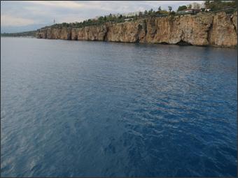 안탈야 만 서쪽 해안 절벽(멀리 콘얄트 해변이 보인다)
