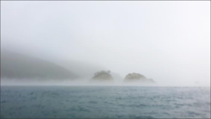 몰려오는 안개(소대병소 남단의 민들섬(좌), 쥐섬(우))