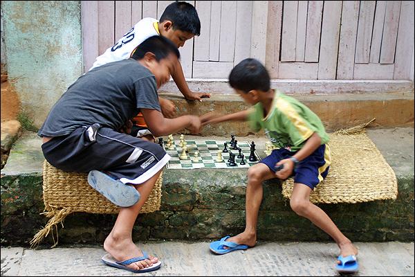 체스하는 소년