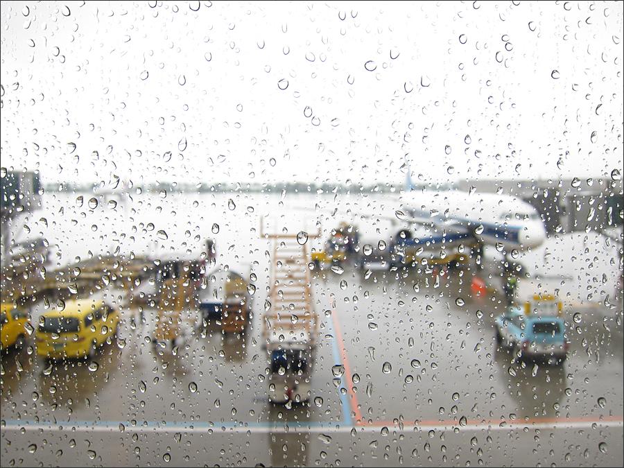 비오는 공항