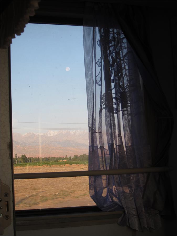 창문 사이로 보이는 고비사막