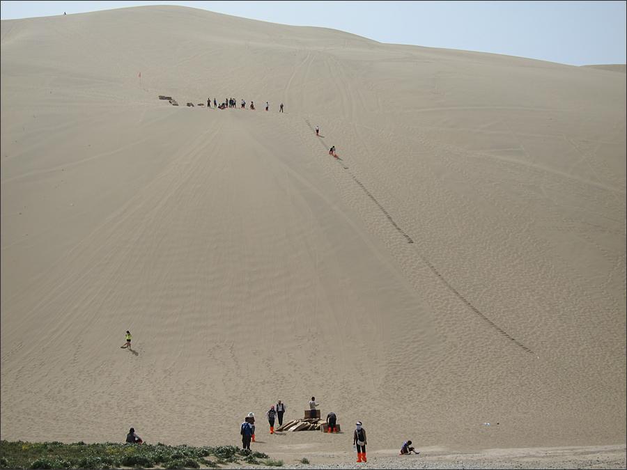 모래썰매를 타고 내려오는 명사산