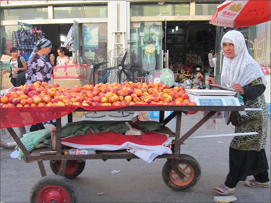 과일을 파는 위구르 여인