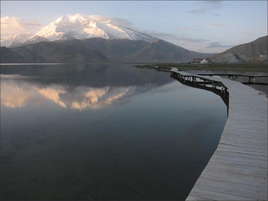 카라쿠리 호수와 무스타커봉(7,546m)