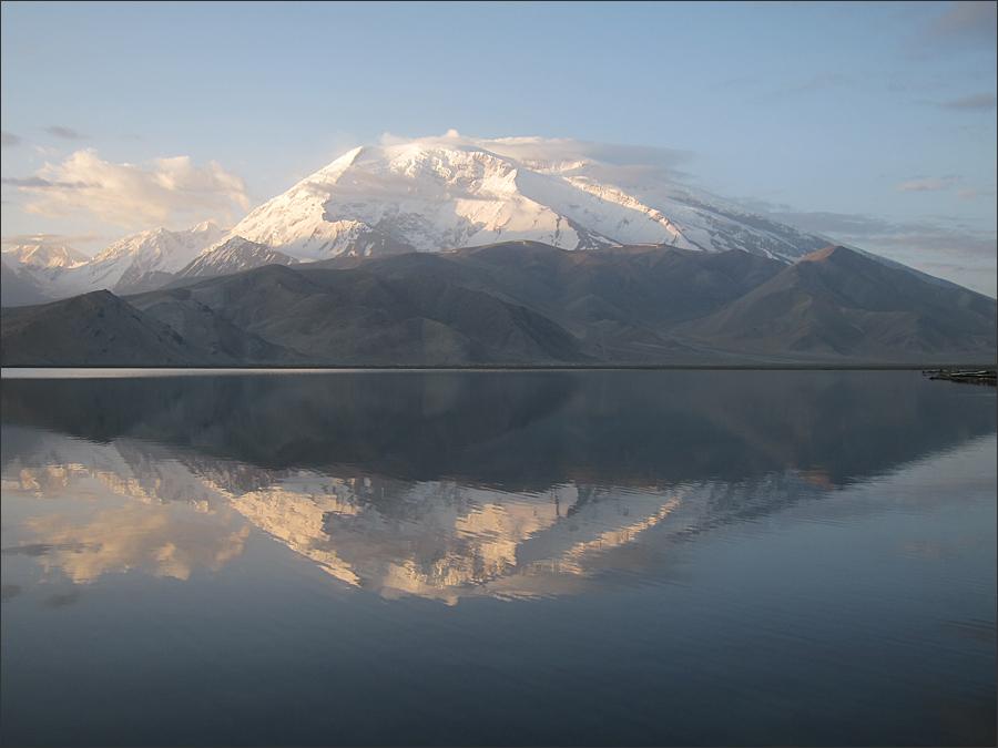 카라쿠리 호수에 비친 무스타커봉(7,546m)