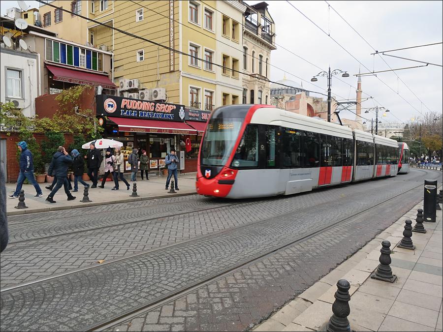 이스탄불을 가로지르는 트램