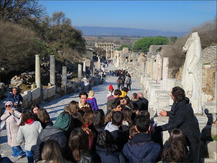 헤라클레스의 문에서 바라본 크레테스 거리(가이드의 설명을 듣고 있는 관광객들)