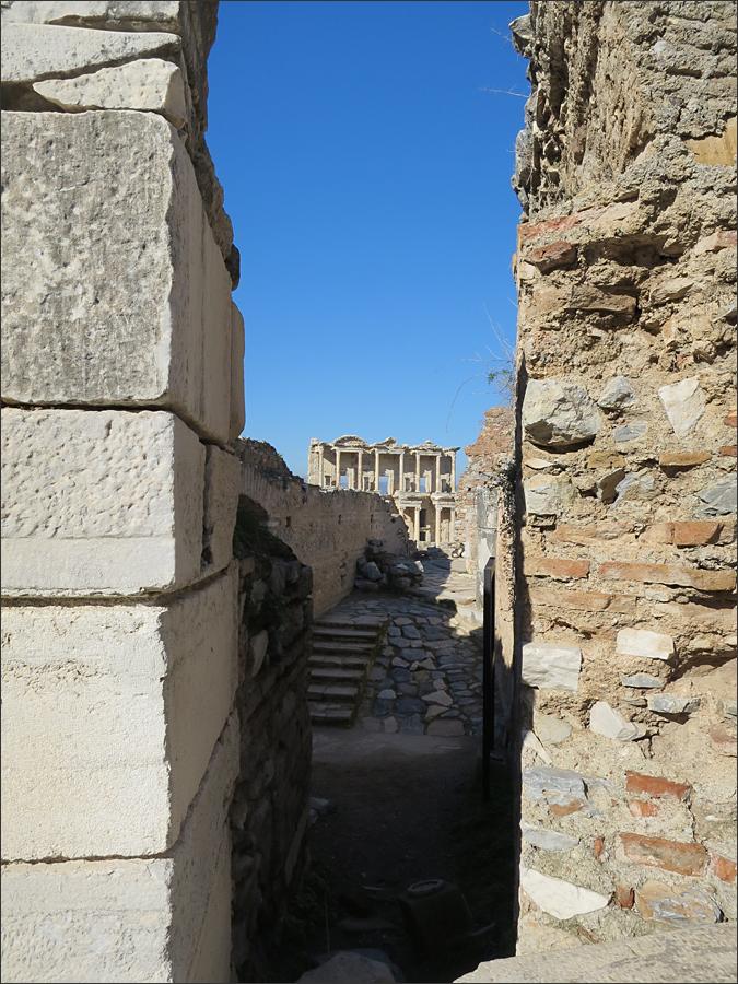 골목길 사이로 에페스 유적의 상징과도 같은 켈수스 도서관이 보인다