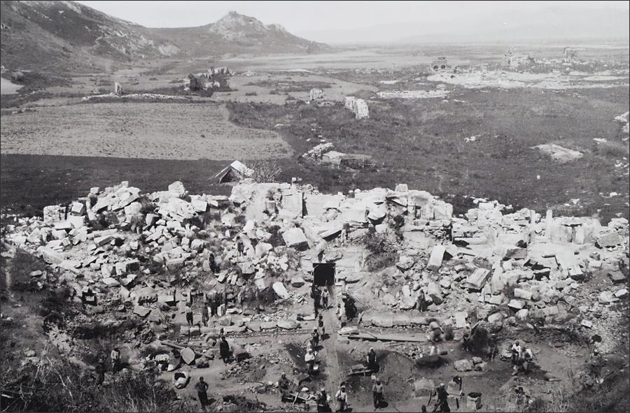 발굴 초기의 대극장과 아르카디안 거리
