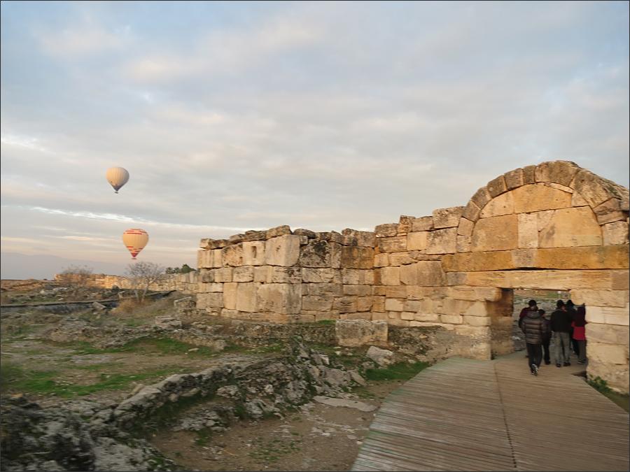 히에라폴르스의 남 비잔틴 문과 열기구