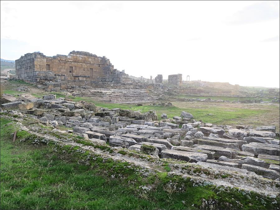 히에라폴리스의 잔해, 아니 지진에 무너져 내린 시간들