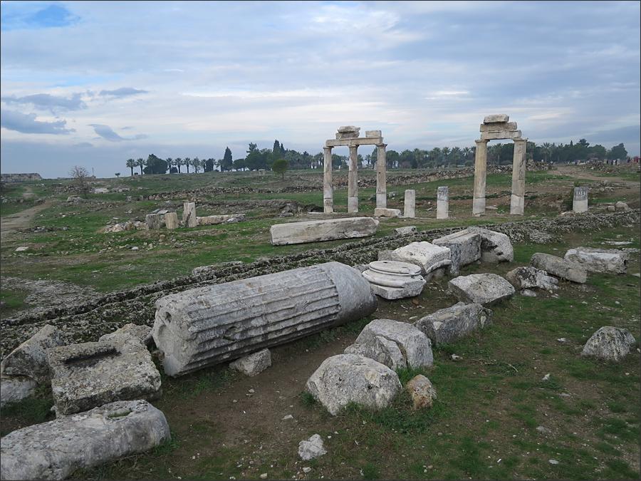 원형극장, 석회층을 둘러보고 다시 남 비잔틴 문으로(남쪽 출구에서 바라본 히에라폴리스)
