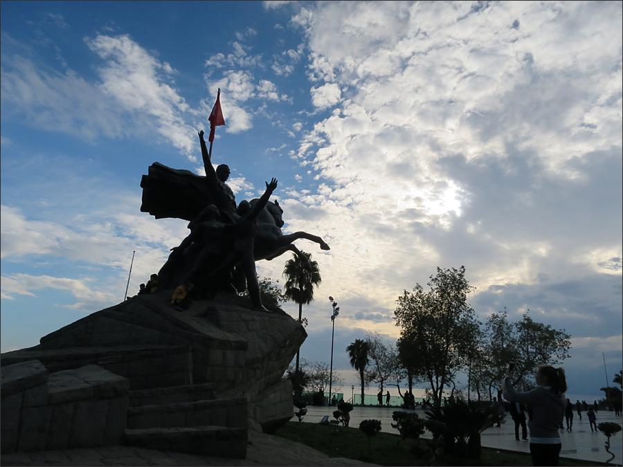 줌후리에트 광장의 아타튀르크 동상