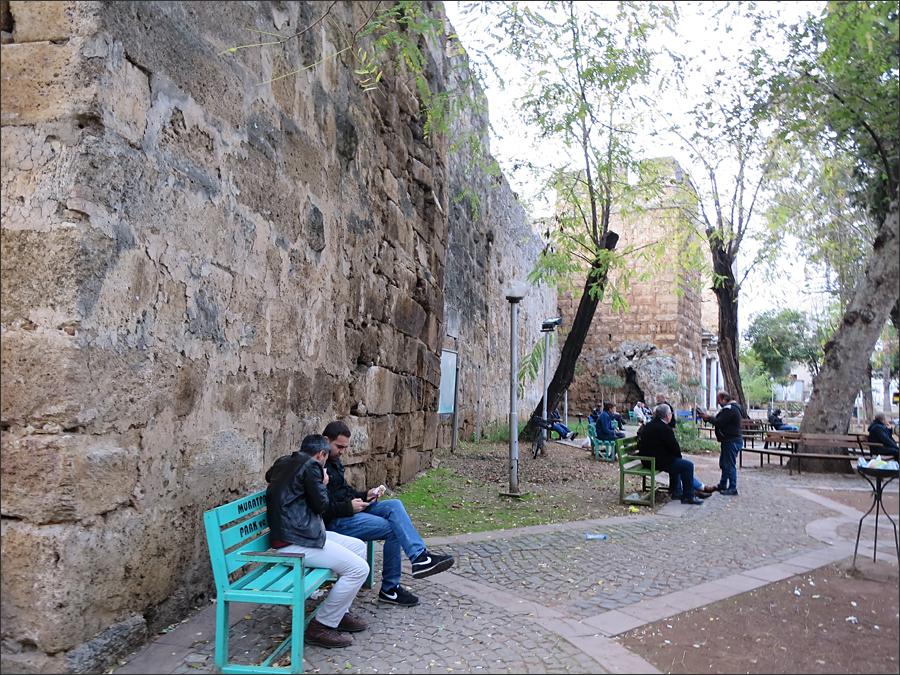 성벽 아래에서 산책을 즐기는 시민과 관광객