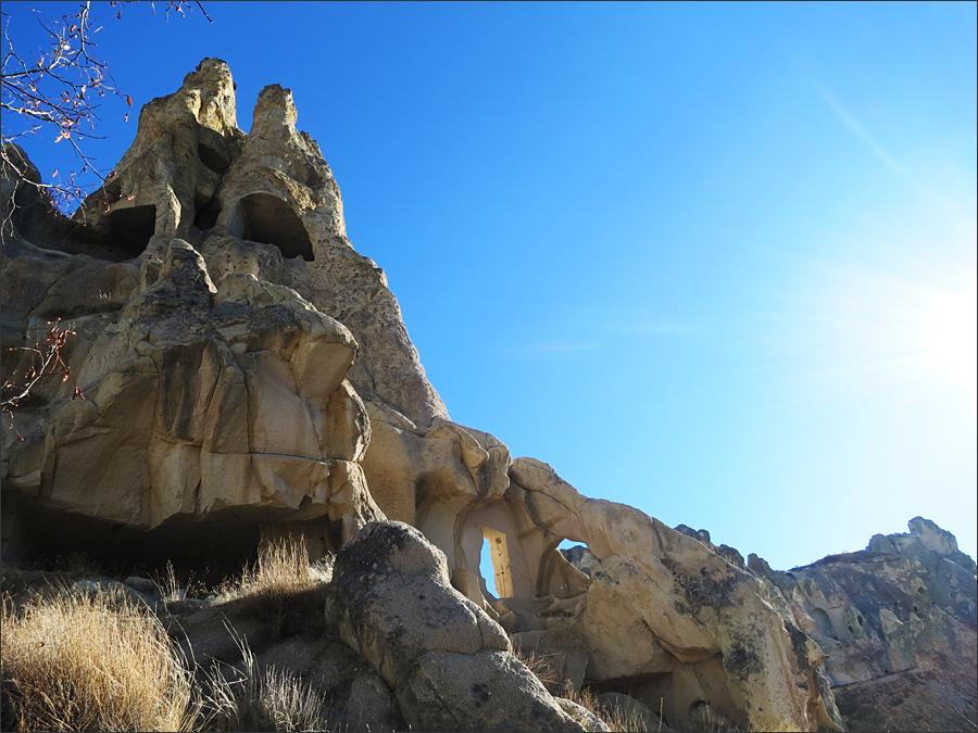 기암과 어울어진 동굴 모두가 아름답다.<