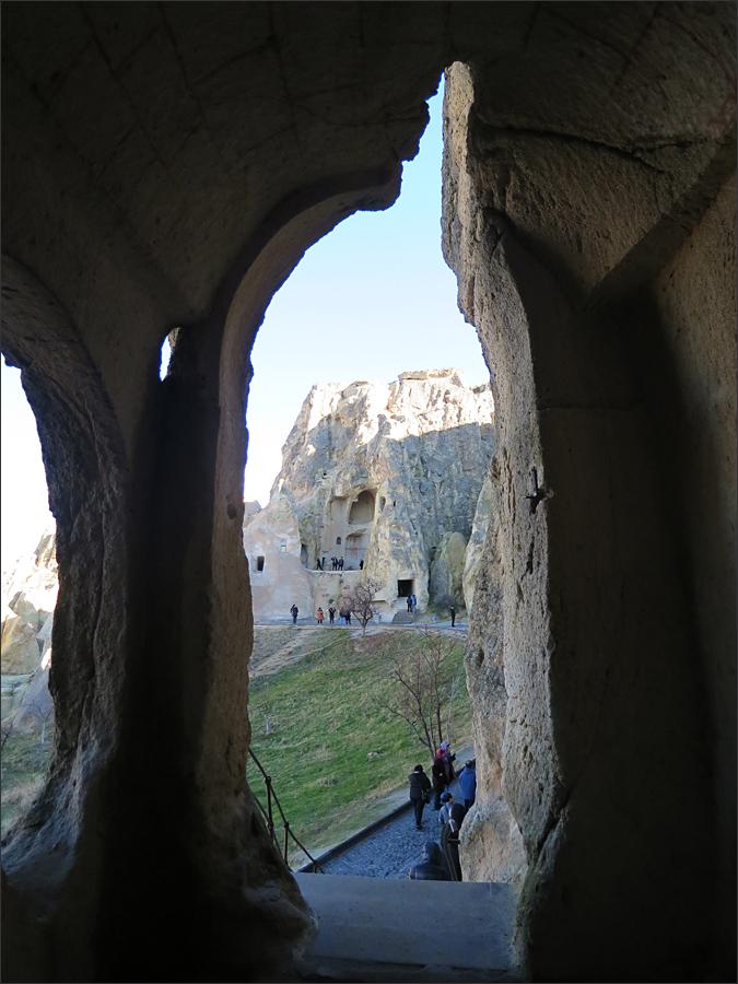 동굴에서 본 수도원