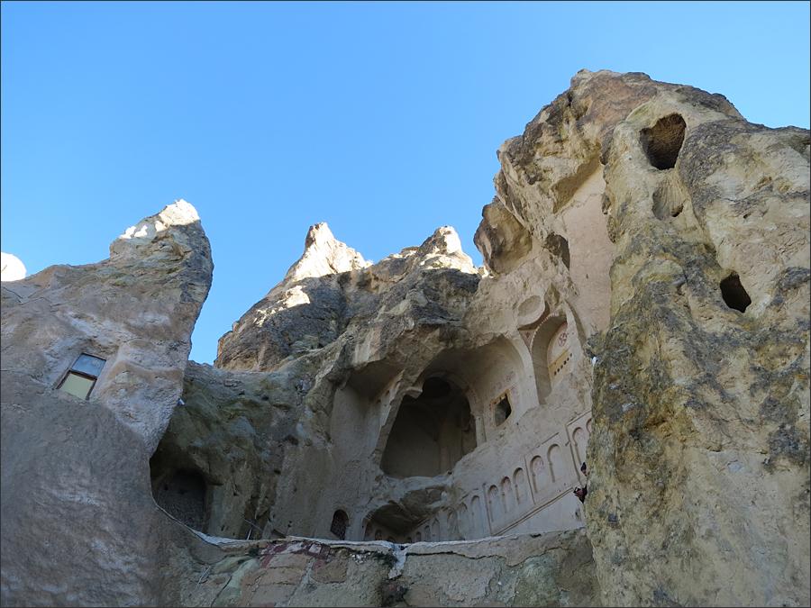 동굴 속 수도원